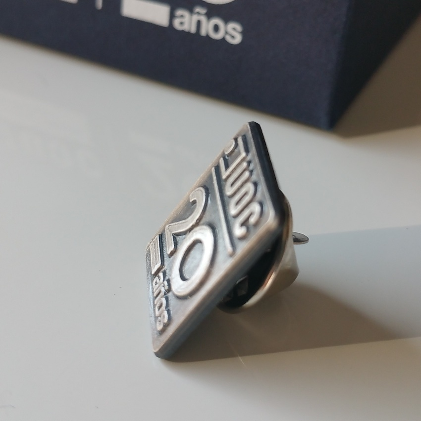 ideas de regalos para aniversarios de empresa: pin corporativo