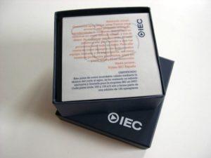 Pisapapeles en caja de prestigio personalizada y con tarjeta corporativa